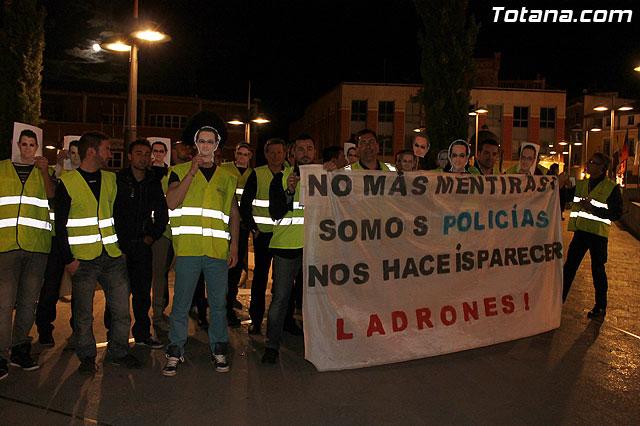 Manifestación de la Policía Local frente al Consejero de Presidencia y autoridades municipales (Miércoles Santo) - 1