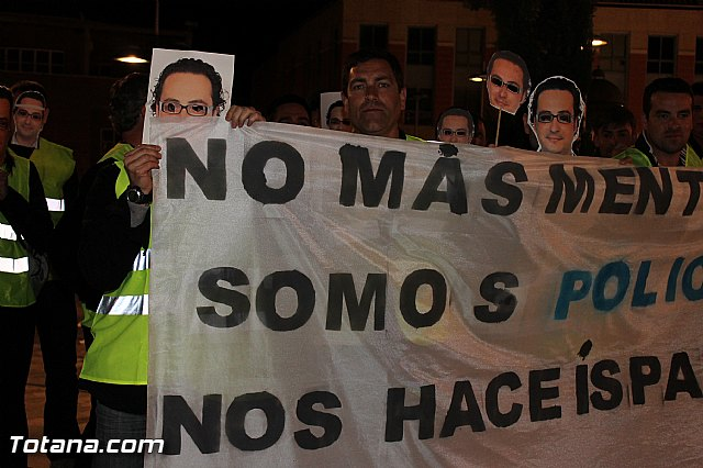 Manifestación de la Policía Local frente al Consejero de Presidencia y autoridades municipales (Miércoles Santo) - 3