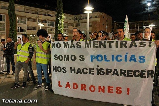 Manifestación de la Policía Local frente al Consejero de Presidencia y autoridades municipales (Miércoles Santo) - 15