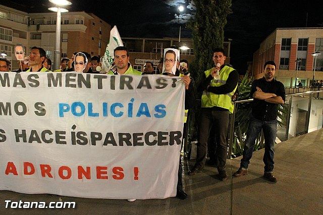 Manifestación de la Policía Local frente al Consejero de Presidencia y autoridades municipales (Miércoles Santo) - 16