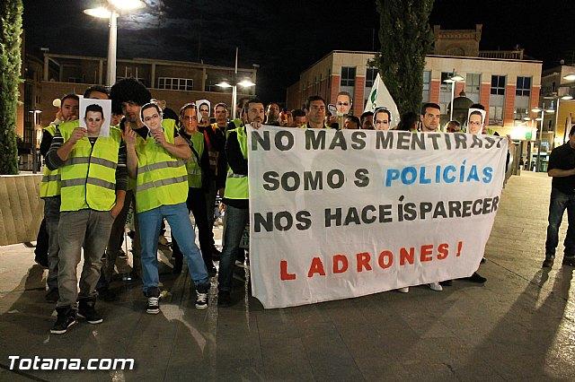 Manifestación de la Policía Local frente al Consejero de Presidencia y autoridades municipales (Miércoles Santo) - 18